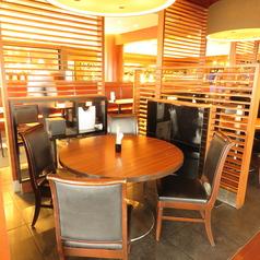 広くて明るい店内。お子様連れやご家族でのご来店も大歓迎♪ご友人同士のお食事はもちろん、デートや記念日にもご利用いただける雰囲気です