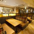 テーブル席は4名のボックス席が4つと、16名様まで繋げられる4名席が4つございます。