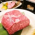 ≪コースのメインのお料理は岩塩で焼き上げた贅沢和牛≫良質の赤身、バランスの良い肉質だからこそ、岩塩でシンプルに味わって頂けます。夏野菜と一緒にどうぞ。