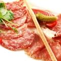 料理メニュー写真イタリア産生ハムとサラミ盛り合わせ