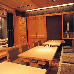 ◇2~4名様用テーブル席◇メインフロアであるテーブル席です。和モダンの空間はあたたかみと落ち着きがあり、ごゆっくりお過ごしいただけるお席です。ほかのお客様との共用スペースなので、静かすぎることもなく肩の力を抜いてお楽しみいただけます。気軽に懐石料理をお楽しみください。