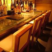 【目の前で調理が見える席】カウンター席 4名様迄ご利用可能です。ゆったりとのんびりお寛ぎしたいお客様には最高のお席となっております!友人様とのお食事やデートにも最適な空間と場所になっております。焼き鳥は1本46円(税抜)~ビールは一杯199円(税抜)~ご提供しておりますのでお気軽にお食事を楽しむことができます♪