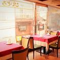 明るく開放感がある窓際のお席。やはり当店一番人気のお席です。眺めの良い席でスペイン料理を楽しみながら素敵なお時間を過ごしませんか。