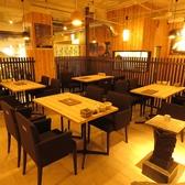 人数に合わせて繋げられるテーブル席