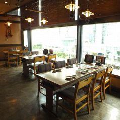 景色の見える人気のテーブル席♪大きな窓の開放的な店内は個室とはまた違った雰囲気でお食事が楽しめます。高層階ならではの設計です。窓際のお席は人気のお席なのでご予約してからのご来店がおすすめです!ランチタイムは特に人気が高いです☆【品川 居酒屋 個室 宴会 記念日 蟹 日本酒】