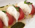 料理メニュー写真南房総青木農園産バジルとトマト、モッツァレラチーズのカプレーゼ