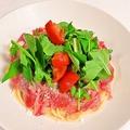 料理メニュー写真牛肉のあぶりのせペペロンチー二ルッコラサラダのせ