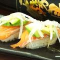 料理メニュー写真サーモンとアボカドの握り寿司