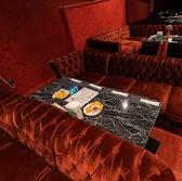 VIPソファー席ございます!ふかふかソファーでエンターテイメントショーを楽しみましょう!