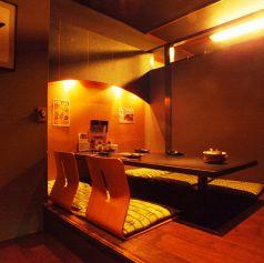 きちんと感が必要な会食に最適な個室です。ゆっくりと落ち着いた雰囲気と新鮮な海鮮料理に会話が弾みます。
