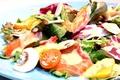 料理メニュー写真サーモンと生マッシュルームのサラダ