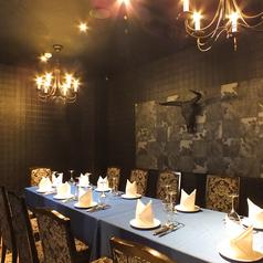 テーブルは当店テーマカラーの色鮮やかなブルーのクロスを。記念日や誕生日会、ご会食や接待利用など様々なシーンにご利用ください。