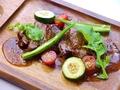 料理メニュー写真国産牛フィレ肉と旬の野菜のオーブン焼き 特製ネギソース※ビックサイズもあります!1480円(税抜)