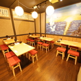 鶴と松が描かれた縁起の良い絵画を眺められるテーブル席もおススメです♪お料理との調和をぜひご堪能ください!
