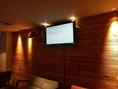 【2階】・壁に設置された大型TVに各種機材に接続して、映像・スライド等を映すことが出来ます(HDMIケーブルは貸出可能)