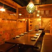 ゆったりしたベンチタイプのテーブル席は6~12名様までご利用可能です!ちょっと多い人数の時でも安心。お隣との間隔も取れ、ゆっくりとご宴会が楽しめます!大切なひと時をお過ごしください☆【お初天神 居酒屋 食べ放題 飲み放題 個室 海鮮 宴会 地酒 刺身 日本酒 焼き鳥 和食】