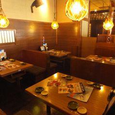 北海道の旬な素材をおしゃれな店内で満喫☆海をイメージした照明が特徴のテーブル席エリア。賑やかな居酒屋感を楽しむのならこちらのお席がおすすめです。仲の良いお友達や会社帰りの飲み会など、気軽な宴会におすすめです。蟹の食べ放題も開催中★北海道の新鮮な海の幸をぜひ、ご堪能あれ!【品川 居酒屋 宴会 蟹 日本酒】