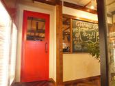 店内は2つのフロアに分かれています。赤い扉をあけると50名まで貸切OKの特別空間が現れます♪