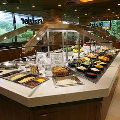 広々としたサラダバーエリアが自慢の新宿三井ビル店。【総席数194席】の広々店内の中央には、色とりどりの種類豊富なサラダバーが広がっています。