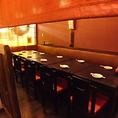 【中規模宴会に】ずらりと一列で12名様までご利用いただけますよ!店内奥のテーブル席は、ずらりと一列で12名様までご利用いただけます。片側がソファーシートでゆったりお寛ぎいただけます。8名~12名様まで。本町/居酒屋/貸切/飲み放題/和食/地鶏/個室/宴会/駅近