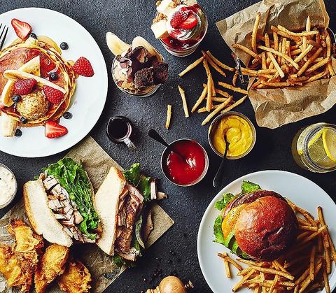 ハンバーガーや自家製スムージーなど世界のカジュアルフードを楽しむカフェレストラン