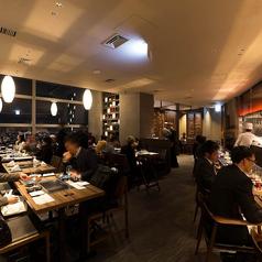 【2名様~4名様用ダイニングテーブル席】夜景を愉しみながら仲間内での食事会に最適のダイニングテーブル席でございます。2名様~4名様用ですが、各テーブルを繋げることが出来るので6名様・8名様・10名様などご利用シーンに幅広く対応致します。