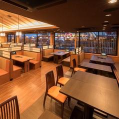 広々とした店内落ち着いたテーブル席です。人数に応じてお席をご用意いたします。