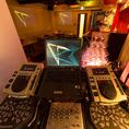 DJブースも利用可能!店舗全体を見渡せる場所で、司会者にも最適。スマホからでも音楽が流せます♪もちろん機材の利用は無料☆ノートPCは持ち込みになりますが、配線は整っているのでPCだけの持ち込みでOK!
