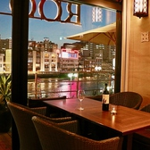 ◆テラスの次に人気の窓側席。那珂川の水面を美しく彩りながら変化するネオンはまるでショーのよう。まるで豪華客船でディナーを楽しんでいるかのような贅沢な窓側席。テラス席同様、春から夏にかけ人気のお席なのでご予約をお勧めします。