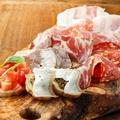 料理メニュー写真イタリア各地のサラミ類と生ハムの盛り合わせ(5種・7種)