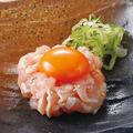 料理メニュー写真奥三河鶏と地玉子の塩ユッケ