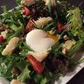 料理メニュー写真メカジキとオリーブ、アンチョビ、トマトのサラダ 温泉玉子添え