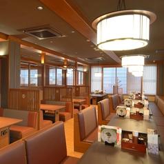テーブル席は35卓ございます。広々とした店内落ち着いたテーブル席です。人数に応じてお席をご用意いたします。※店舗により部屋の配置・席数が異なる場合がございます