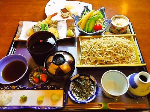 なんでも美味しい、地域から愛されている和食やさん。店内は広いので、宴会も可能。