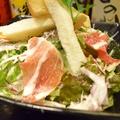 料理メニュー写真生ハムと生削りパルミジャーノの濃厚シーザーサラダ