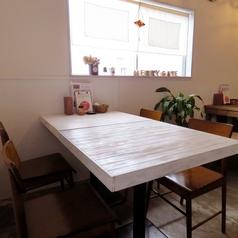 3~4名様用のテーブル席が2席。仲の良い友人とご利用ください♪