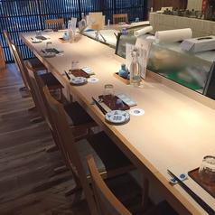 10席しかないカウンターは、料理人の華麗なる手さばきを目の前で堪能できる、特別なお席となっております。