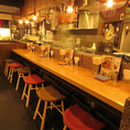 OPENキッチンで賑わい感溢れるカウンター席!!カップルは横隣りで会話を愉しめるお席となっております♪