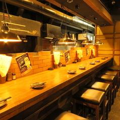 カウンター×8席ございます。お一人様も多いので、神崎川駅にお立ち寄りの際はお気軽にお立ち寄りください。