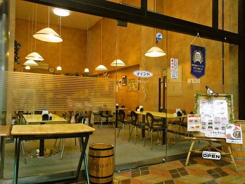ガラス張りのお洒落な店構えの店内は、コーヒーの香りが漂うくつろぎの空間だ。