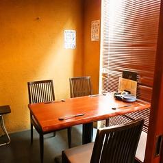 【個室席】4名様までご利用いただける完全個室は、周りを気にせず過ごしたい大切なお食事の席におすすめ。人気のお部屋となっておりますのでお早めにご予約ください。