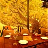 ウッド調でほっと落ち着く♪壁に描かれた大木のアートもお洒落さが際立ちます!