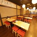店舗奥の鶴と松の鮮やかな絵画が目印!「開放感」と「温かさ」の両立した大衆酒場ツルマツへようこそ!