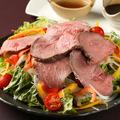 料理メニュー写真自家製ローストビーフサラダ