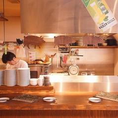 名物のスペアリブや炭焼き料理は目の前のカウンター席から調理しているところが見えます!谷町/宴会/飲み放題/クラフトビール/スペアリブ/宴会/女子会/ビール