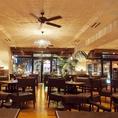 ◆ソファ席から望む店内。バリのリゾートホテルがテーマのRoots Urban Resort。ガラス張りの開放的な店内には昼は暖かい日差しが差し込み、夜は西中洲の夜景が一望出来る贅沢な空間です。