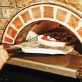 """【石釜で焼きあげる本格派""""ピッツァ""""】 窯のスピード加熱で、表面はカリッと生地はふんわりとした本格派!熟練したスタッフがベストポジションを見極め焼きあげます!"""