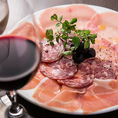 【おなじみイタリア産生ハムとサラミの盛合せ】熟成して旨味がたっぷりの生ハムはワインにピッタリ。