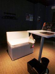 ダーツ席は、綺麗でオシャレな白いソファー