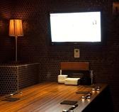 【全室TVモニター付き】全室にTVモニター完備なので、TVやDVDなどお好きな映像を見ながらお食事が楽しめます。